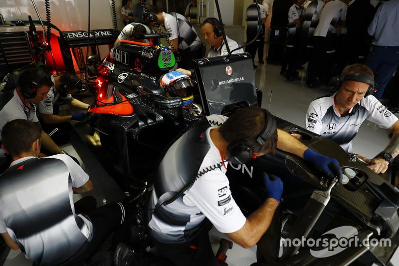 Trabaja personal de McLaren Honda MP4-31 de Fernando Alonso en el garaje