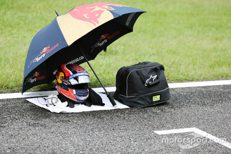 The helmet of Daniil Kvyat, Scuderia Toro Rosso STR11 on the grid
