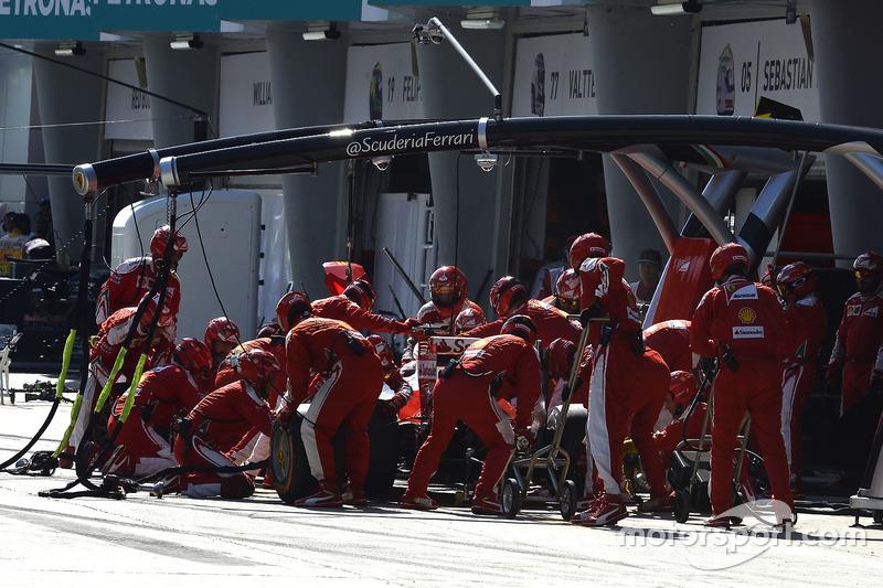 Sebastian Vettel, Ferrari SF16-H, pit action