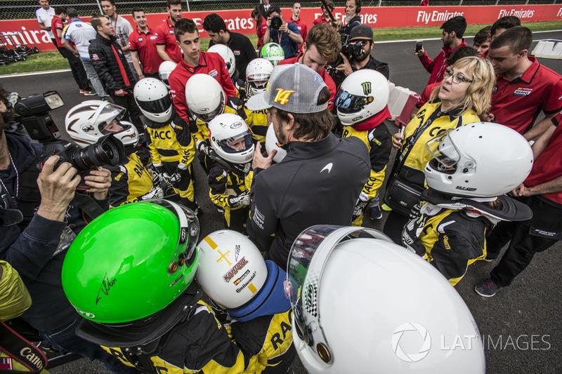 Fernando Alonso, McLaren con jóvenes pilotos de kart de RACC