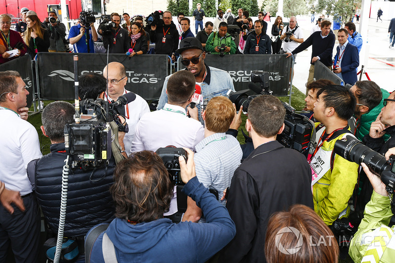 Usain Bolt habla con la prensa