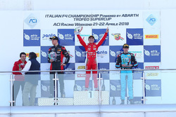 Podio Gara 1: il secondo classificato Leonardo Lorandi, Bhaitech, il vincitore Enzo Fittipaldi, Prema Theodore Racing, il terzo classificato Federico Malvestiti, Jenzer Motorsport
