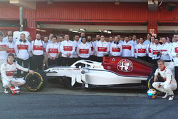 Marcus Ericsson, Charles Leclerc, Sauber with the team members