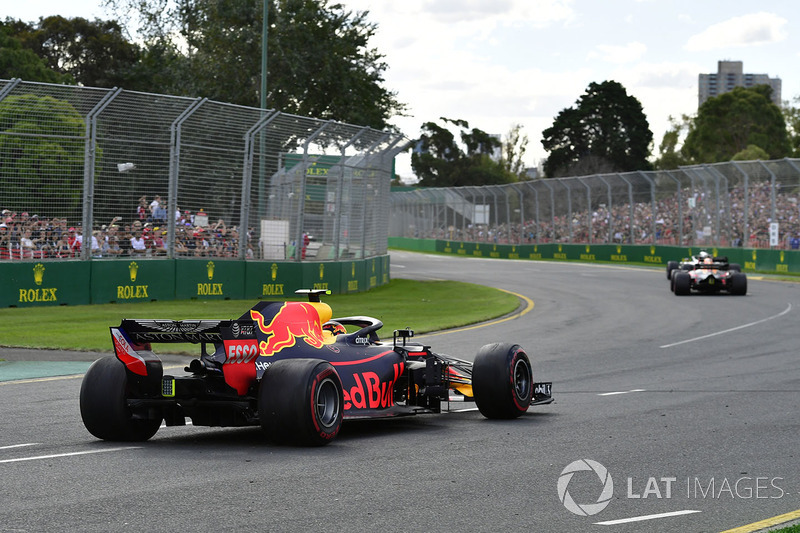 Max Verstappen, Red Bull Racing RB14 spin atıyor
