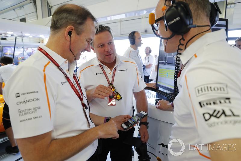 Jonathan Neale, Managing Director, McLaren, parla con Zak Brown, CEO McLaren Racing