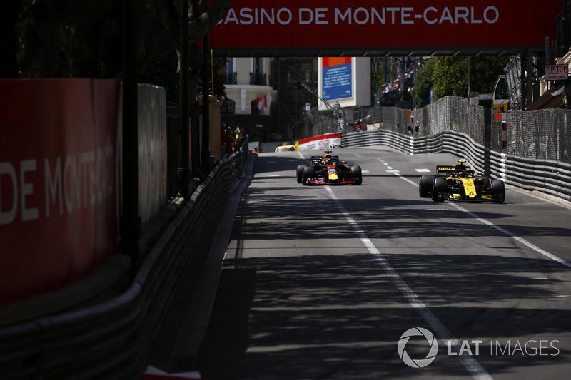 Carlos Sainz Jr., Renault Sport F1 Team R.S. 18., por delante de Daniel Ricciardo, Red Bull Racing RB14
