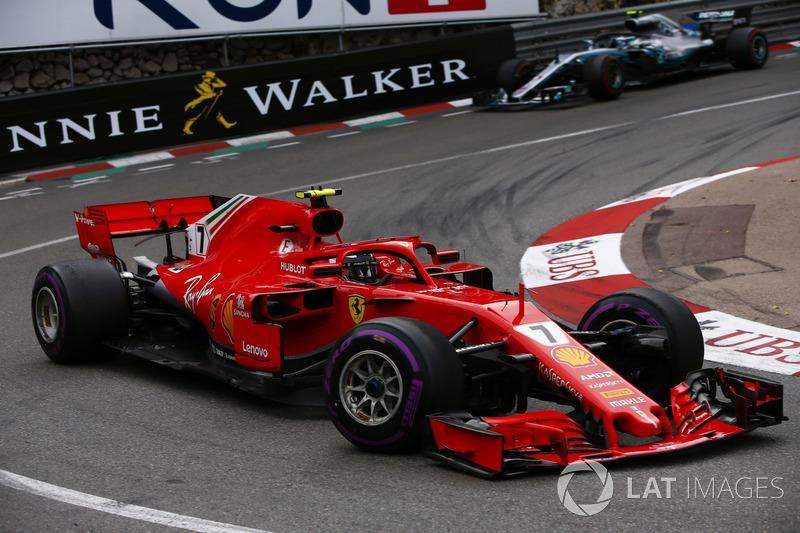 Kimi Raikkonen, Ferrari SF71H, precede Valtteri Bottas, Mercedes AMG F1 W09
