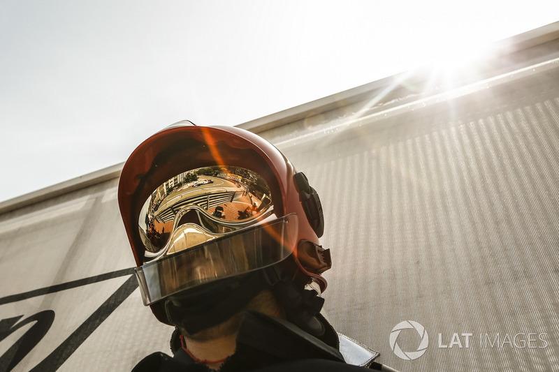 Marcus Ericsson, Sauber C37 reflected in a firemans helmet