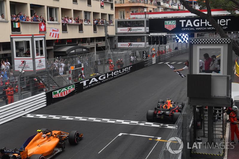Il vincitore della gara Daniel Ricciardo, Red Bull Racing RB14, prende la bandiera a scacchi