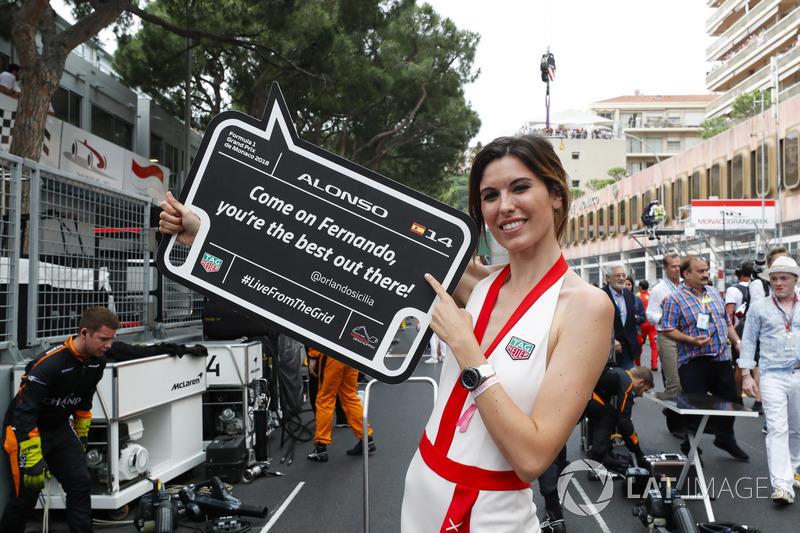 Una grid girl con un messaggio per Fernando Alonso, McLaren