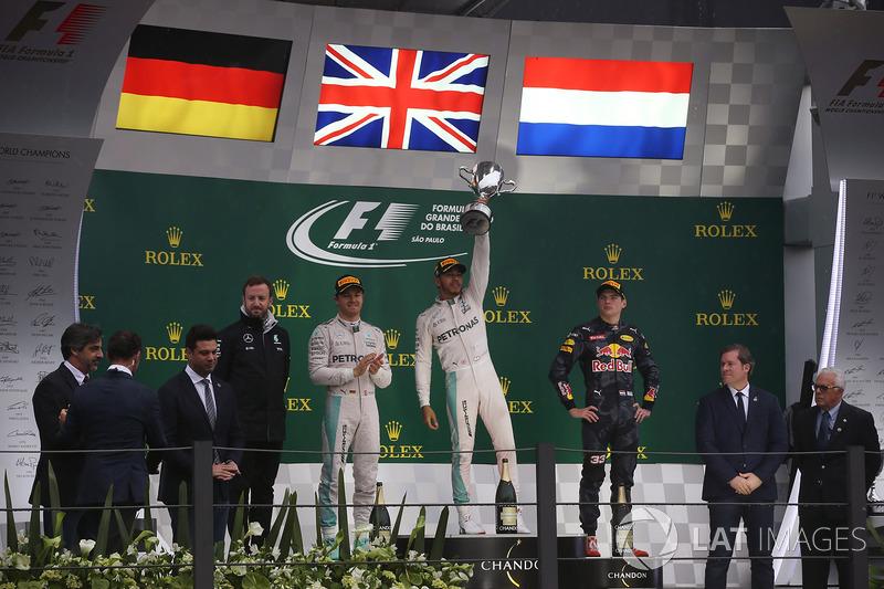 Podio: segundo lugar Nico Rosberg, Mercedes AMG, Bradley Lord gerente de comunicaciones Mercedes AMG F1,Ganador de la carrera Lewis Hamilton, Mercedes AMG, y el tercer lugar Max Verstappen, Red Bull Racing