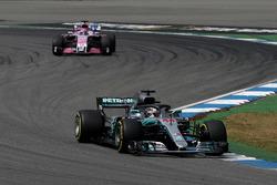 Lewis Hamilton, Mercedes-AMG F1 W09 y Sergio Perez, Force India VJM11