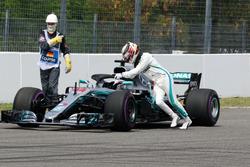 Lewis Hamilton, Mercedes-AMG F1 W09 s'arrête en piste et pousse sa voiture