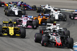 Romain Grosjean, Haas F1 Team VF-18, delante de Carlos Sainz Jr., Renault Sport F1 Team R.S. 18, Charles Leclerc, Sauber C37, Sergio Perez, Force India VJM11, y Fernando Alonso, McLaren MCL33