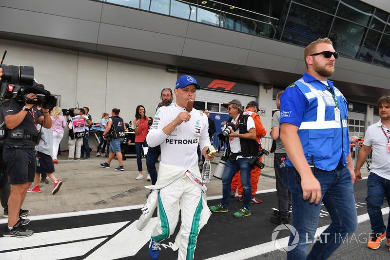 Valtteri Bottas, Mercedes-AMG F1, mange une glace