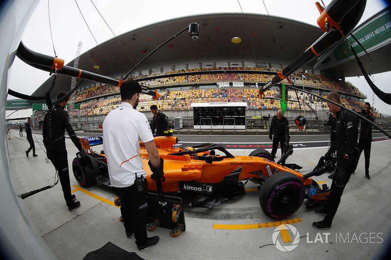 McLaren engineers in the pit lane with Stoffel Vandoorne, McLaren MCL33 Renault
