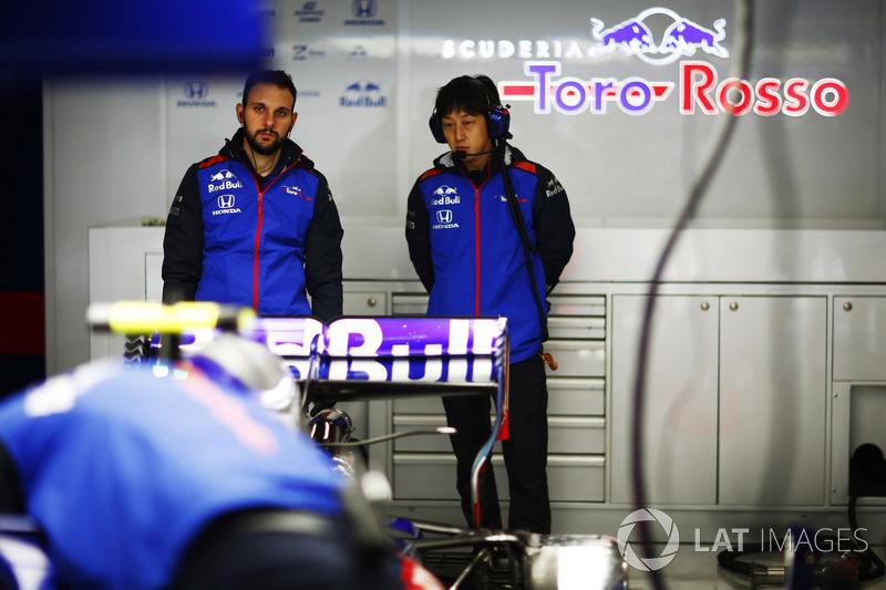 Des membres de Toro Rosso et Honda dans le garage