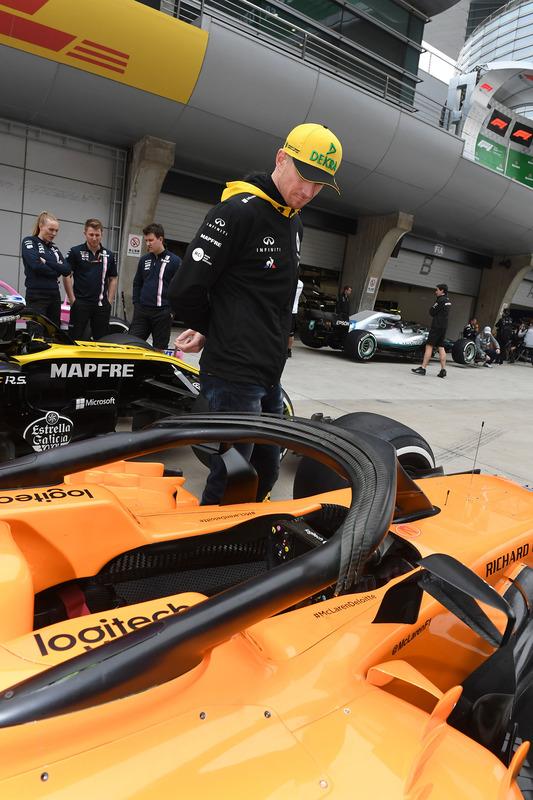 Nico Hulkenberg, Renault Sport F1 Team looks at McLaren MCL33