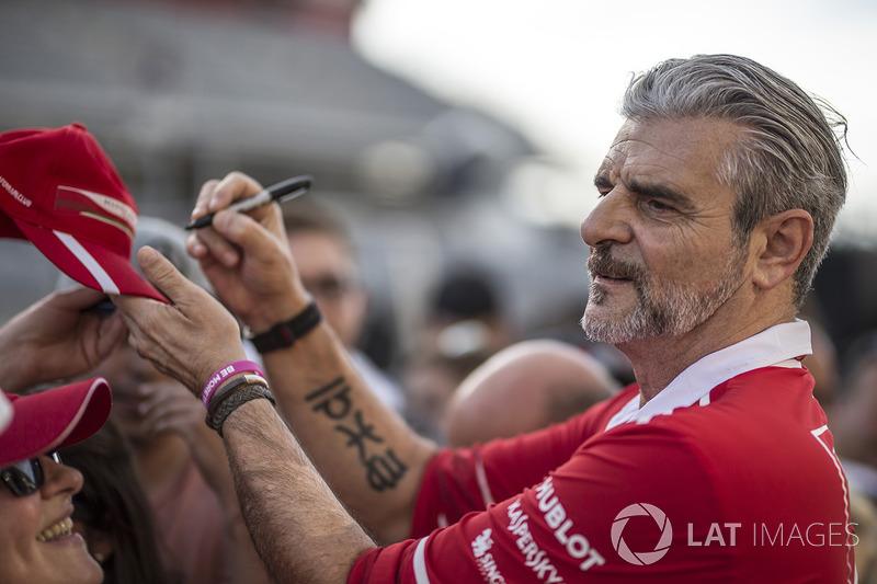 Керівник команди Ferrari Мауріціо Аррівабене роздає автографи