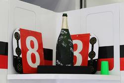 La bottiglia di Champagne dei vincitori della gara Sébastien Buemi, Anthony Davidson, Kazuki Nakajima, Toyota Gazoo Racing