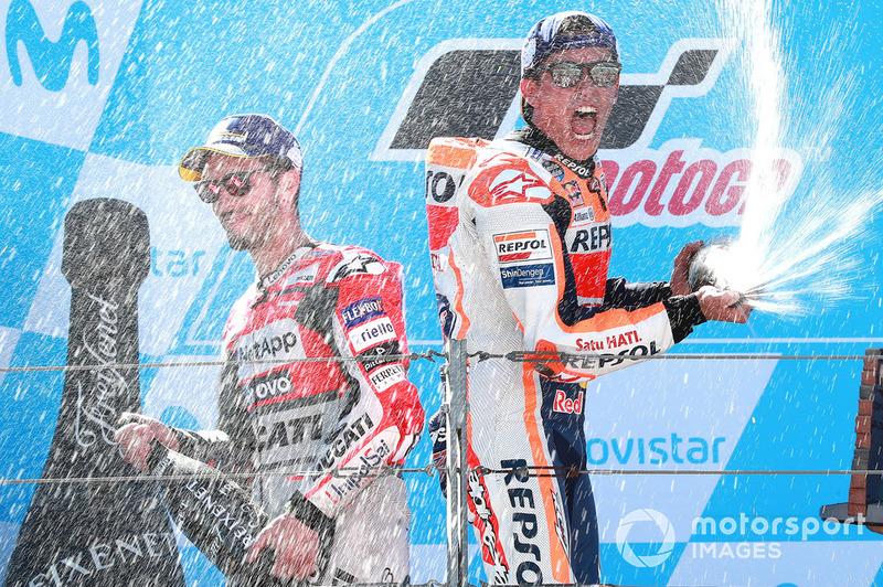Marc Márquez fête sa victoire sur le podium