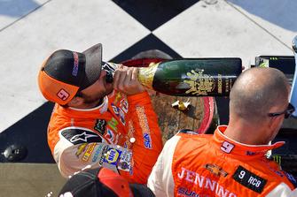 Chase Elliott, Hendrick Motorsports, Chevrolet Camaro SunEnergy1, festeggia con lo champagne nella victory lane