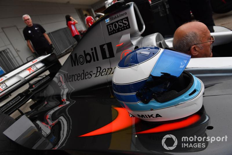 Автомобиль McLaren MP4-13 и шлем Мики Хаккинена, Legends F1 30th Anniversary Lap Demonstration