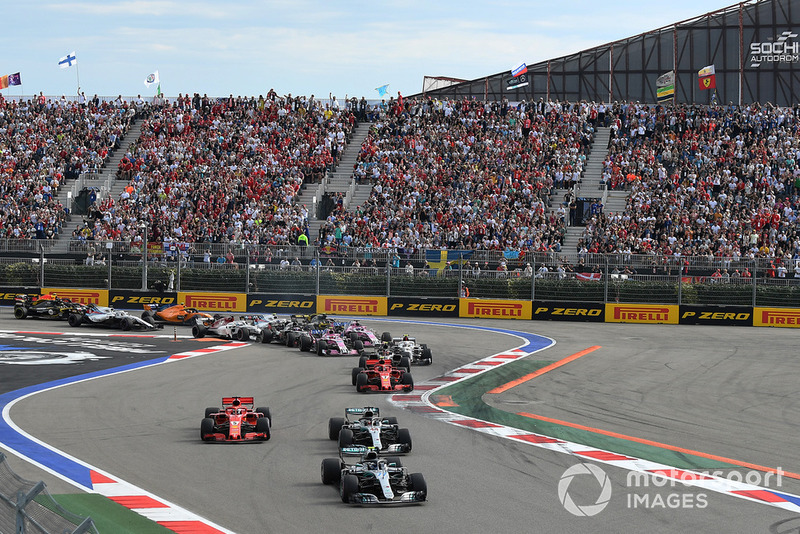 Valtteri Bottas, Mercedes AMG F1 W09 precede Lewis Hamilton, Mercedes AMG F1 W09 e Sebastian Vettel, Ferrari SF71H