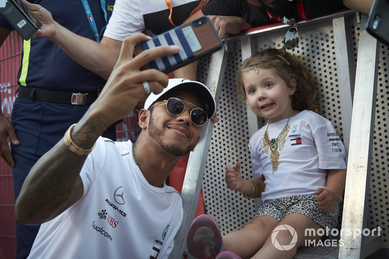 Lewis Hamilton, Mercedes AMG F1, se hace un selfie con una niña