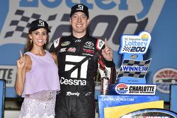 1. Kyle Busch, Kyle Busch Motorsports, Toyota, mit Ehefrau Samantha
