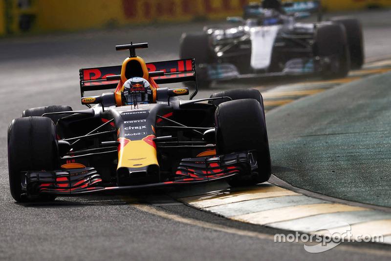 Daniel Ricciardo, Red Bull Racing RB13; Valtteri Bottas, Mercedes AMG F1 W08