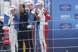 المنصة: الفائز بالسباق جويل إريكسون، موتوبارك، المركز الثاني لاندو نوريس، كارلين، المركز الثالث ميك شوماخر، بريما
