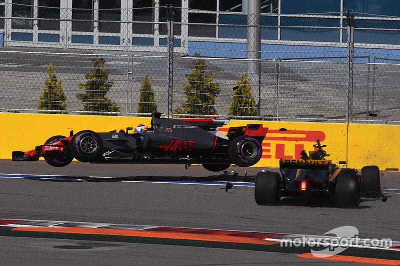 Jolyon Palmer, Renault Sport F1 Team RS17, Romain Grosjean, Haas F1 Team VF-17 crash on lap one