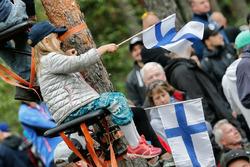 Joven aficionada en el Rally de Finlandia