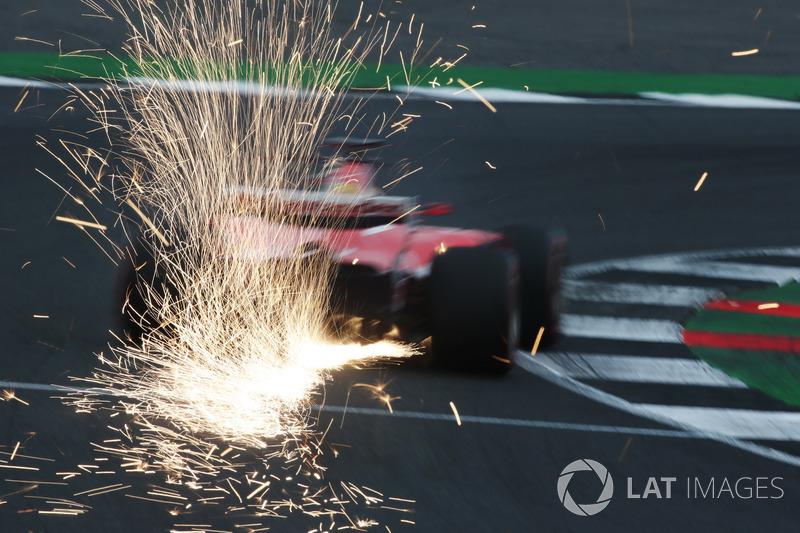 Sebastian Vettel, Ferrari SF70H, desprende chispas