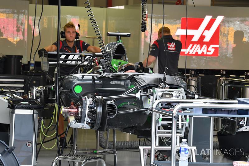 Haas F1 Team VF-17, in der Garage