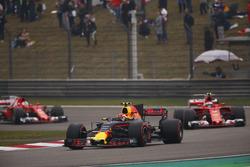 Max Verstappen, Red Bull Racing RB13, leads Kimi Raikkonen, Ferrari SF70H and Sebastian Vettel, Ferrari SF70H