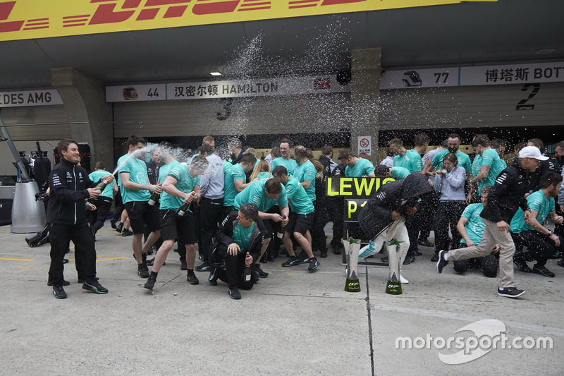 Race winner Lewis Hamilton, Mercedes AMG, and Valtteri Bottas, Mercedes AMG, celebrate with the Mercedes AMG team