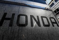 Le logo Honda sur le motorhome McLaren