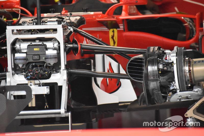 Detalle de la suspensión delantera y el chasis del Ferrari SF70H