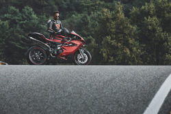 Гонщик Mercedes AMG F1 Льюис Хэмилтон и мотоцикл MV Agusta