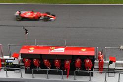Sebastian Vettel, Ferrari SF70H passe devant le muret des stands