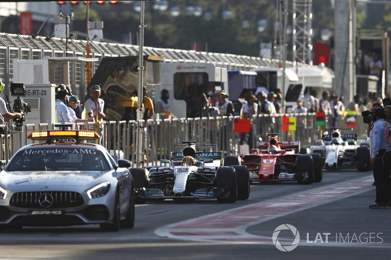 El safety car se alinea en el pit lane por delante de Lewis Hamilton, Mercedes AMG F1 W08
