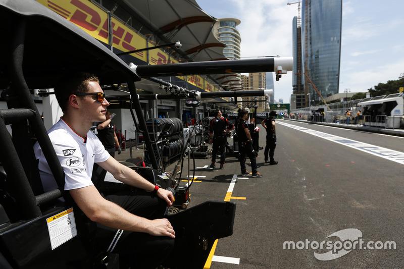 Stoffel Vandoorne en el pit lane de GP2