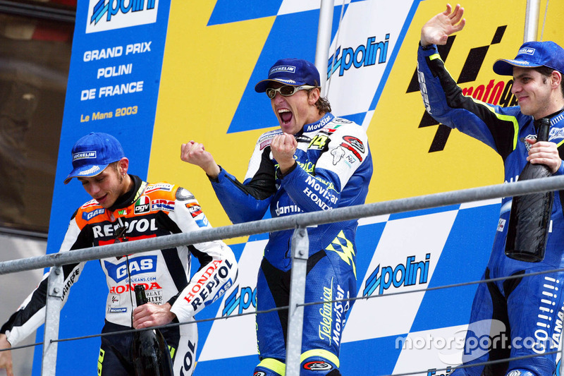 Podio: 1º Sete Gibernau, 2º Valentino Rossi, 3º Alex Barros