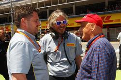 Пол Хембри, автоспортивный директор Pirelli и Ники Лауда, Mercedes на стартовой решетке