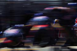 Карлос Сайнс мл., Scuderia Toro Rosso STR11 во время пит-стопа