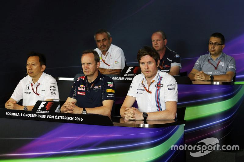 La Conferencia de prensa FIA: Beat Zehnder, director del equipo Sauber F1; Graham Watson, jefe de equipo Scuderia Toro Rosso; Luca Furbatto, Manor Racing jefe de diseño; Yusuke Hasegawa, director del programa de Honda F1; Paul Monaghan, Red Bull Racing Ingeniero; Rob Smedley, Williams Director de rendimiento del vehículo