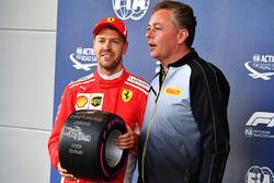 Pole: Sebastian Vettel, Ferrari ve Mario Isola, Pirelli Spor Direktörü