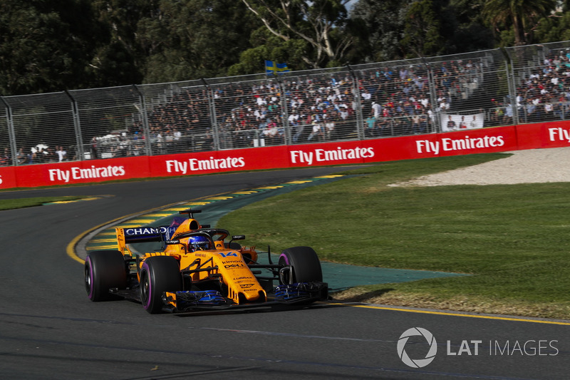 Fernando Alonso recebendo a bandeira quadriculada: Rádio: Sim, Fernando, P5, companheiro, P5, ótimo trabalho. Bela corrida. Alonso: Belo trabalho, rapazes, estou muito orgulhoso de vocês. Longo inverno, longas temporadas no passado, mas agora podemos briga